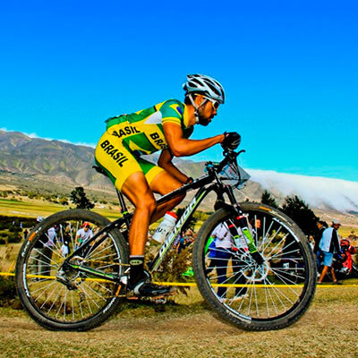 Foto do José Ilson pedalando em uma competição