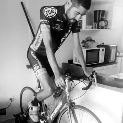 Foto em preto e branco do José Ilson pedalando